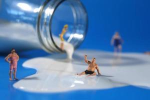 gente de plástico nadando en leche foto