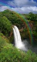 cascada en kauai hawaii con arco iris foto