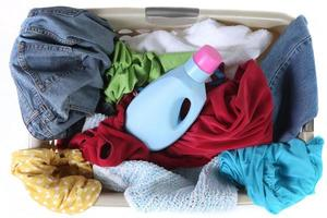 Cesta de lavandería llena de ropa sucia vista superior foto