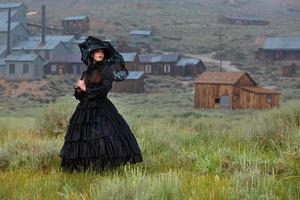 Mujer vistiendo bata Vintrage en Bodie Ghost Town, California foto
