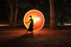 colorida imagen de larga exposición de una mujer foto