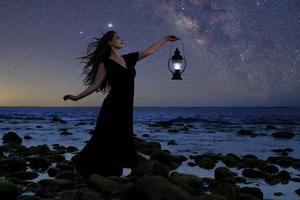 hermosa mujer anhelando y mirando al mar foto