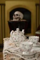 porcelana vieja en la mesa. juego de té. vajilla artesanal. foto