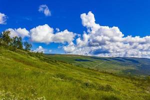 Panorama del paisaje de montaña en un día soleado en Noruega Vang foto