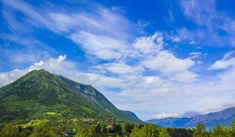 el pueblo de lom en noruega. panorama del paisaje de montaña foto