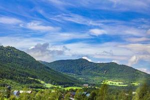 Increíble increíble paisaje noruego con montañas y pueblo jotunheimen noruega foto