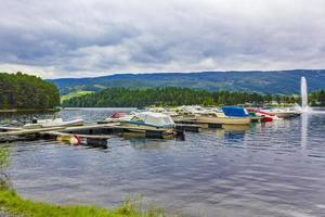 Barcos en el embarcadero de la ciudad de Fagernes Fylke Noruega foto