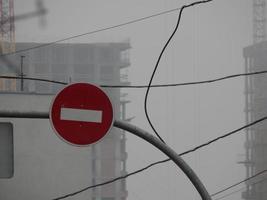 señales de tráfico que indican la dirección del movimiento de automóviles y peatones foto