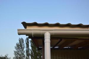 sistema de drenaje fijado en el dosel de la casa foto