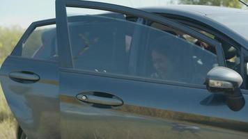 un groupe de jeunes adolescentes asiatiques sort de la voiture avec des amis campant dans la nature en voyageant l'été. video