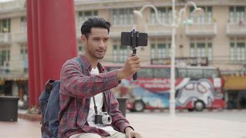 asiatischer Mann solo Touristen, die ein Foto von der riesigen Schaukel von Thailand machen. video