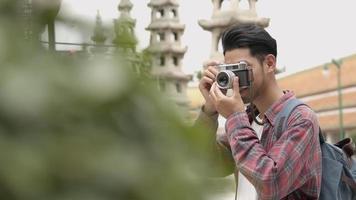 asiatische Touristen reisen und mit Filmkamera ein Foto im Tempel Thailand machen. video