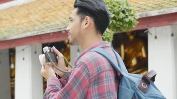 asiatische Touristen, die im Tempel Thailand reisen und ein Foto machen. video