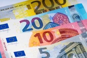 billetes en euros en fila foto