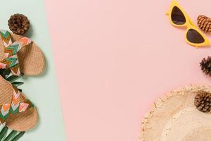 plano creativo de viajes vacaciones primavera o verano moda tropical. Accesorios de playa de vista superior sobre fondo de color rosa verde pastel con espacio en blanco para texto. Fotografía de espacio de copia de vista superior. foto