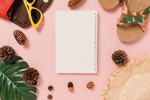 plano creativo de viajes vacaciones primavera o verano moda tropical. vista superior accesorios de playa maqueta abierta cuaderno negro para texto sobre fondo pastel. vista superior maqueta fotografía de espacio de copia. foto
