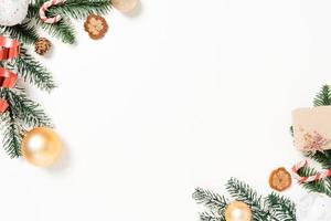 plano creativo mínimo de composición tradicional navideña y temporada navideña de año nuevo. vista superior decoraciones navideñas de invierno sobre fondo blanco con espacio en blanco para texto. copie la fotografía del espacio. foto
