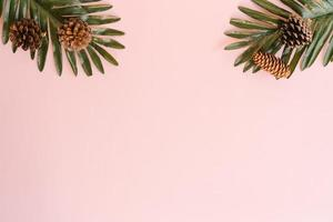 foto plana creativa de viajes vacaciones primavera o verano moda tropical. Accesorios de playa de vista superior sobre fondo de color rosa pastel con espacio en blanco para texto. Fotografía de espacio de copia de vista superior.
