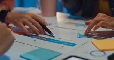 La gente milenaria de Asia se reúne para intercambiar ideas sobre nuevos trámites burocráticos colegas del proyecto que trabajan juntos planificar la estrategia de éxito disfrutan del trabajo en equipo en una pequeña y moderna oficina nocturna. concepto de trabajo en equipo de compañero de trabajo. foto