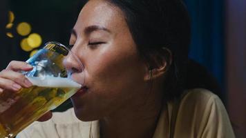 Grupo de amigos de Asia jóvenes turistas felices bebiendo alcohol o cerveza artesanal y teniendo una fiesta en el club nocturno en la calle Khao San. viajero, mochilero, asia, gente, viaje, en, bangkok, tailandia. foto