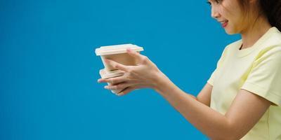 Asimiento de la mano de la mujer joven comida marrón claro vacía de la caja de papel del arte en blanco para llevar sobre fondo azul. Copie el espacio para colocar un texto para publicidad. área publicitaria, simulacro de contenido promocional. foto