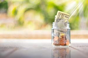 negocios o finanzas ahorrando dinero, monedas publicitarias de finanzas y banca foto