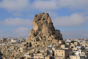 paisaje urbano panorámico de la ciudad y el castillo de ortahisar en invierno. El antiguo castillo de Ortahisar en Capadocia, en el centro de Turquía, es un hito importante. foto
