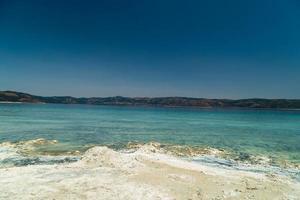 turquesa lago salda turquía. playa blanca rica en minerales. lago salda con arena blanca y agua verde. pavo burdur foto