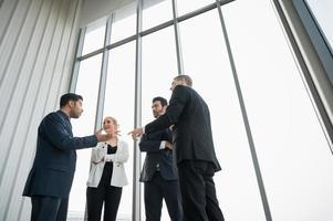 concepto corporativo de la discusión de la conferencia de la reunión del equipo de negocios. orador líder senior hablando en la reunión de personas en la oficina. foto