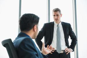 liderazgo senior de negocios durante la discusión de la conferencia con trabajo en equipo profesional. gente de negocios que trabaja en la oficina. foto