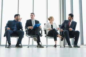 Gente de negocios reunión concepto corporativo de la discusión de la conferencia en la oficina. equipo analizando estadísticas financieras. foto