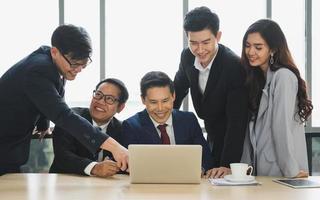 Equipo de gente de negocios asiática analizando estadísticas financieras. Equipo de empresarios reunión concepto corporativo de discusión de conferencia en la oficina. foto