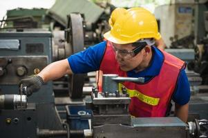 el equipo de trabajadores industriales está trabajando en varios proyectos en una gran fábrica industrial con muchos equipos. foto