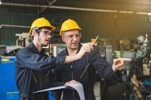 los trabajadores industriales están trabajando en proyectos en grandes plantas industriales con muchos dispositivos. foto
