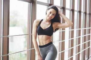 joven mujer sexy deportes en el gimnasio. foto