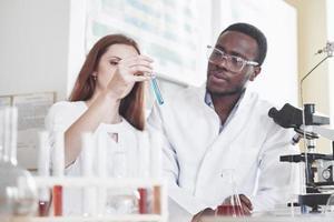 Los laboratorios de laboratorio realizan experimentos en el laboratorio químico. foto