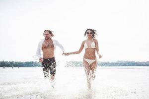 vapor corriendo a lo largo del agua, hermosa playa de verano foto