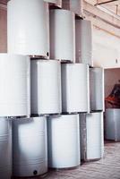 Barriles radiactivos en una gran fábrica de reciclaje de residuos foto
