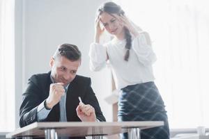 un jefe enojado áspero insatisfecho que le enseña a un empleado incompetente, un mal trabajo foto