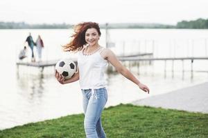 mujer con pelota de futbol foto
