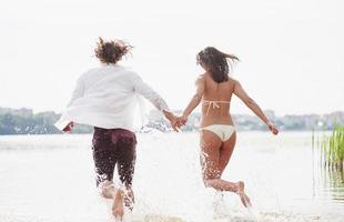 vapor que corre a lo largo del agua, hermosa playa de verano. foto