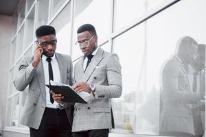 comunicacion de negocios. Dos hombres de negocios alegres hablando entre sí y discutiendo un proyecto. foto