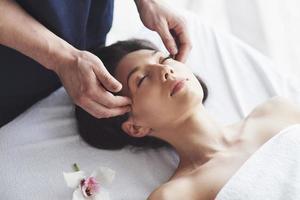Terapia de masajes orientales tradicionales y tratamientos de belleza. foto