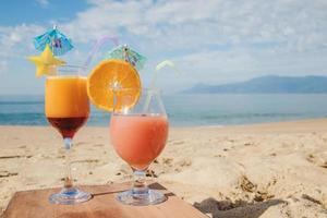 cóctel tropical servido en la playa foto