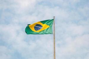 Bandera de Brasil al aire libre con un hermoso cielo azul. foto