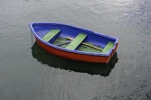viejo barco de madera solitario foto