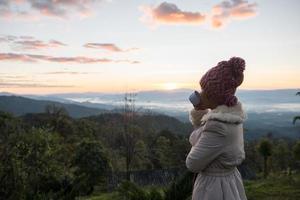 mujer despierta relajarse por la mañana en la montaña foto