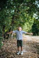 niño feliz jugando solo en el parque foto