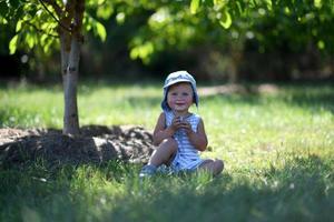 hermoso, nene, en, niño, jardín, posar, fotógrafo foto