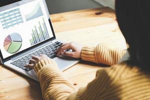una empleada que usa la computadora para verificar el presupuesto de inversión de la empresa. foto